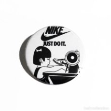 Abrebotellas y sacacorchos de colección: NIKE - JUST DO IT ABREBOTELLAS 59MM (CON IMAN PARA NEVERA). Lote 57229100