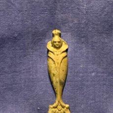 Abrebotellas y sacacorchos de colección: ABREBOTELLAS BRONCE FIGURA REINA CORONA PRINCESA MUJER AÑOS 80 17X4,5CMS. Lote 263076705