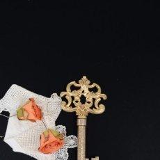 Abrebotellas y sacacorchos de colección: SACACORCHOS DE METAL DORADO ESCONDIDA EN UNA LLAVE. Lote 294981243