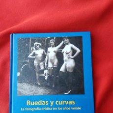 Libros: RUEDAS Y CURVAS, LIBRO ERÓTICO DE TASCHEN QUE CONTIENE FOTOS DE MUJERES DESNUDAS JUNTO A AUTOMÓBILES. Lote 253661700