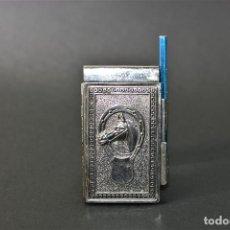 Otros: AGENDA TELEFONCA TAPAS DE METAL CON RELIEVE Y SU LÁPIZ DE 9 POR 5,5 CM. Lote 190277817