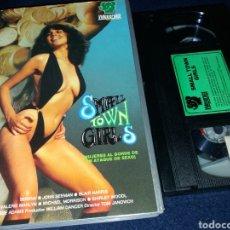 Peliculas: MUJERES AL BORDE DE UN ATAQUE DE SEXO- SMALL TOWN GIRLS- VHS- SERENA- JOHN SEEMAN- VIDEOGRUPS. Lote 145759304