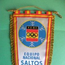 Banderines de colección: BANDERIN TELA OLIMPIADA FEDERACIÓN ESPAÑOLA DEPORTES INVIERNO EQUIPO SALTOS.JACA 1982. Lote 26440292