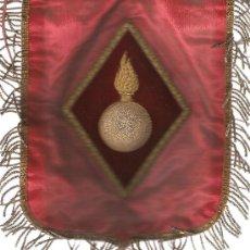 Banderines de colección: BANDERÍN DE ARTILLERIA DE 24X19 CMS. BORDADO A MANO EN RELIEVE CON HILOS DE ORO SOBRE SEDA ROJA. Lote 24171993