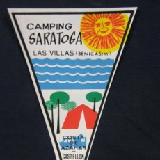 Banderines de colección: BANDERÍN PLÁSTICO CAMPING SARATOGA LAS VILLAS BENICASIM COSTA DE AZAHAR CASTELLÓN. Lote 44967375