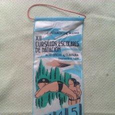Banderines de colección: BANDERÍN XII CURSILLOS ESCOLARES DE NATACIÓN. AYUNTAMIENTO DE MADRID. ESPAÑA. 1964. Lote 40830853