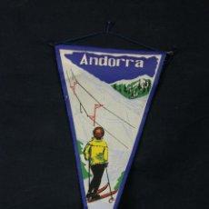 Banderines de colección: BANDERÍN TELA ANDORRA PISTA ESQUÍ NIEVE ESQUIADOR BANDERA 28 X 15 CM. Lote 43420163