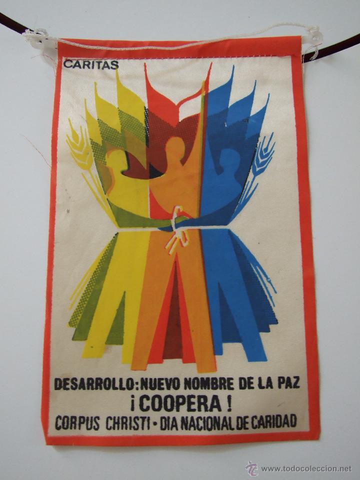 CARITAS - CORPUS CHRISTI : DIA NACIONAL DE LA CARIDAD - AÑOS 70 - BANDERIN (Coleccionismo - Banderines)