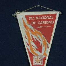 Banderines de colección: BANDERÍN TELA DÍA NACIONAL DE CARIDAD CORPUS CHRISTI CARITAS ESPAÑA AÑOS 50 26 X 13 CM PESO 10 GR. Lote 44412870