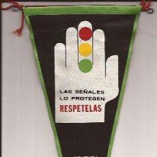 Banderines de colección: BANDERIN-LAS SEÑALES LO PROTEGEN RESPETELAS JEFATURA CENTRAL DE TRAFICO-AÑOS 60. Lote 47064440