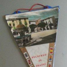 Banderines de colección: BANDERIN RECUERDO PRADES BAIX CAMP POSTAL PLASTIFICADA AÑOS 60 70. Lote 56889193