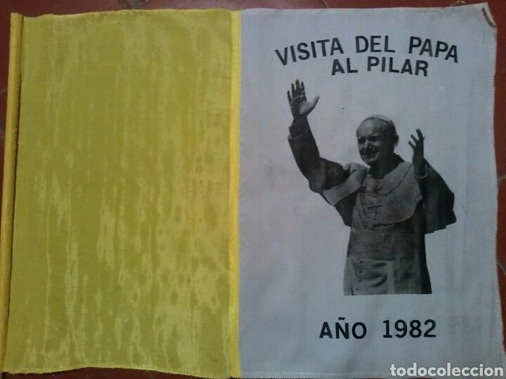BANDERA RECUERDO DE LA VISITA DEL PAPA JUAN PABLO II A ZARAGOZA (Coleccionismo - Banderines)
