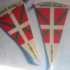 Banderines de colección: DOS BANDERINES EUSKADI BATUA, PLÁSTICO DURO.. Lote 62272524