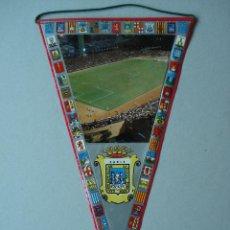 Banderines de colección: BONITO BANDERIN DE CADIZ - FOTO ESTADIO DE FUTBOL -PLASTIFICADO - AÑOS 60 A 70... R-1631. Lote 37147847
