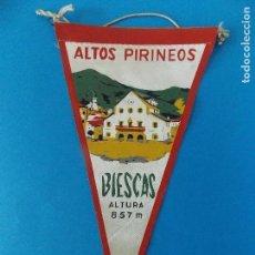 Banderines de colección: ANTIGUO BANDERIN DE TELA - ALTOS PIRINEOS - BIESCAS (HUESCA) - AÑOS 60 ... R-8471. Lote 113406739