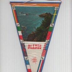 Banderines de colección: BANDERIN: BLANES, GIRONA - IMAGEN DE LA COSTA DE BLANES CON BARCA PASANDO. Lote 118429672