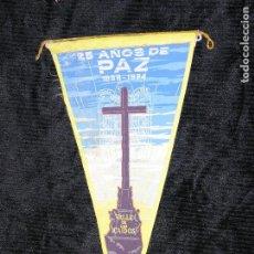 Banderines de colección: F1 BANDERIN DE ROPA 25 AÑOS DE PAZ 1938 - 1984 VALLE DE LOS CAIDOS MD 29 X 15 CM. Lote 118656279