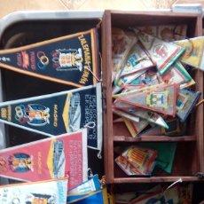 Banderines de colección: BANDERINES AÑOS 50 60 70 +CAJA DE MADERA 28+77 BANDERINES. Lote 118721419