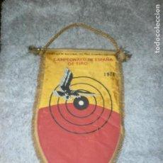Banderines de colección: BANDERIN DE SEDA FED. NACIONAL TIRO OLIMPICO ESPAÑOL - 1974 CAMPEONATO ESPAÑA DE TIRO 33 X 20 CM. . Lote 118802619
