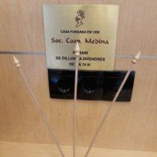 Banderines de colección: JUEGO DE SOPORTE BANDERITAS DE SOBREMESA DE TRES ASTAS CON PEANA BARNIZADA DE 3 AGUJEROS. Lote 122749967