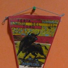 Banderines de colección: BANDERIN FERIA DEL TORO PAMPLONA AÑO 1964 MEDIDAS 17 X 36,5 CMS APROX.. Lote 135014298