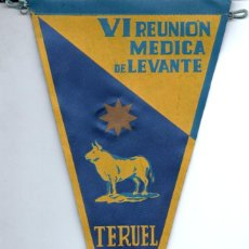Banderines de colección: BANDERÍN EN TELA VI REUNIÓN MÉDICA LEVANTE TERUEL 1962. Lote 159768698