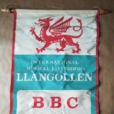 Banderines de colección: BANDERÍN GRAN TAMAÑO INTERNATIONAL MUSICAL EISTEDDFORD LLANGOLLEN BBC 1962. Lote 194340517