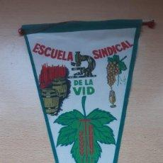 Banderines de colección: BANDERIN ESCUELA SINDICAL DE LA VID XII Y XIII PROMOCION MADRID 1967-68. Lote 194569255