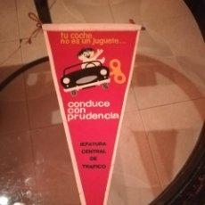 Banderines de colección: ANTIGUO BANDERÍN JEFATURA CENTRAL DE TRÁFICO. TU COCHE NO ES UN JUGUETE. Lote 210165025