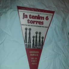 Banderines de colección: ANTIGUO BANDERÍN SAGRADA FAMILIA AÑO 1973 DONATIVO 100 PESETAS JA TENIM 6 TORRES. Lote 221732253