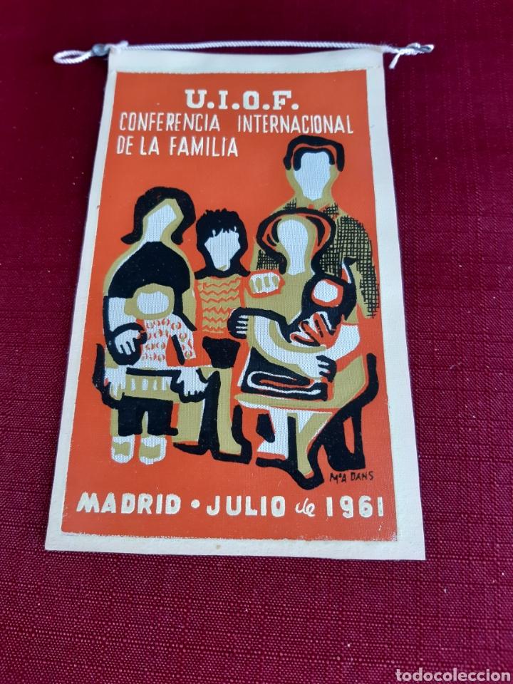 BANDERIN U.I.O.F. CONFERENCIA INTERNACIONAL DE LA FAMILIA, MADRID JULIO DE 1961 (Coleccionismo - Banderines)