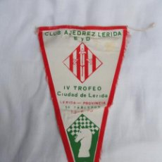 Fanions de collection: BANDERÍN CLUB AJEDREZ LÉRIDA. AÑO 1973.. Lote 228645410