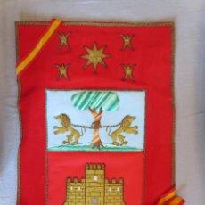 Banderines de colección: BANDERIN ESCUDO DE OLMEDO BORDADO CON HILO DE ORO. Lote 239645115
