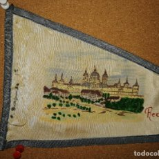 Banderines de colección: BANDERÍN DE TELA RECUERDO DEL ESCORIAL. 27CM DE LARGO. Lote 241182850