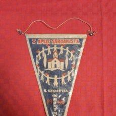 Banderines de colección: BANDERIN ANTIGO I APLEC SARDANISTA S.SEBASTÍA DE MONTMAJOR CON SU ENVOLTORIO DE PLASTICO. Lote 253795760