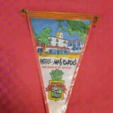 Galhardetes de coleção: BANDERIN ANTIGUO HOTEL MAS BADO SAN QUIRICO DE SAFAJA CON SU ENVOLTORIO DE PLASTICO. Lote 253805050