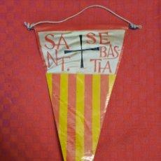 Banderines de colección: BANDERIN ANTIGUO SANT SEBASTIA CON SU ENVOLTORIO DE PLASTICO. Lote 253805535