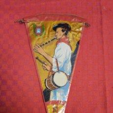 Banderines de colección: BANDERIN ANTIGUO PAMPLONA CON SU ENVOLTORIO DE PLASTICO. Lote 253809575