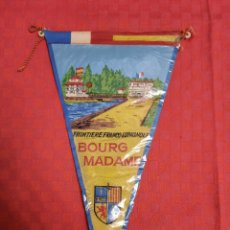 Banderines de colección: BANDERIN ANTIGUO BOURG MADAME FRONTIERE FRANCO-ESPAGNOLE CON SU ENVOLTORIO DE PLASTICO. Lote 253815430