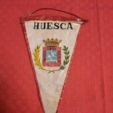 Banderines de colección: BANDERIN ANTIGUO HUESCA LEAL HEROICA INVICTA V.VOSCA CON SU ENVOLTORIO DE PLASTICO. Lote 253817695