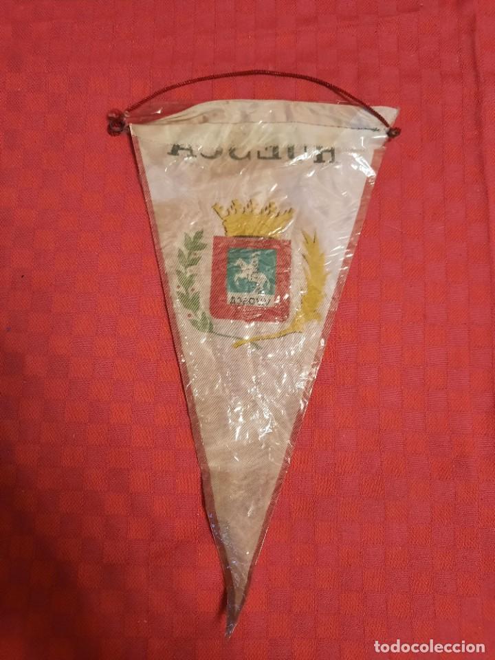Banderines de colección: BANDERIN ANTIGUO HUESCA LEAL HEROICA INVICTA V.VOSCA CON SU ENVOLTORIO DE PLASTICO - Foto 2 - 253817695