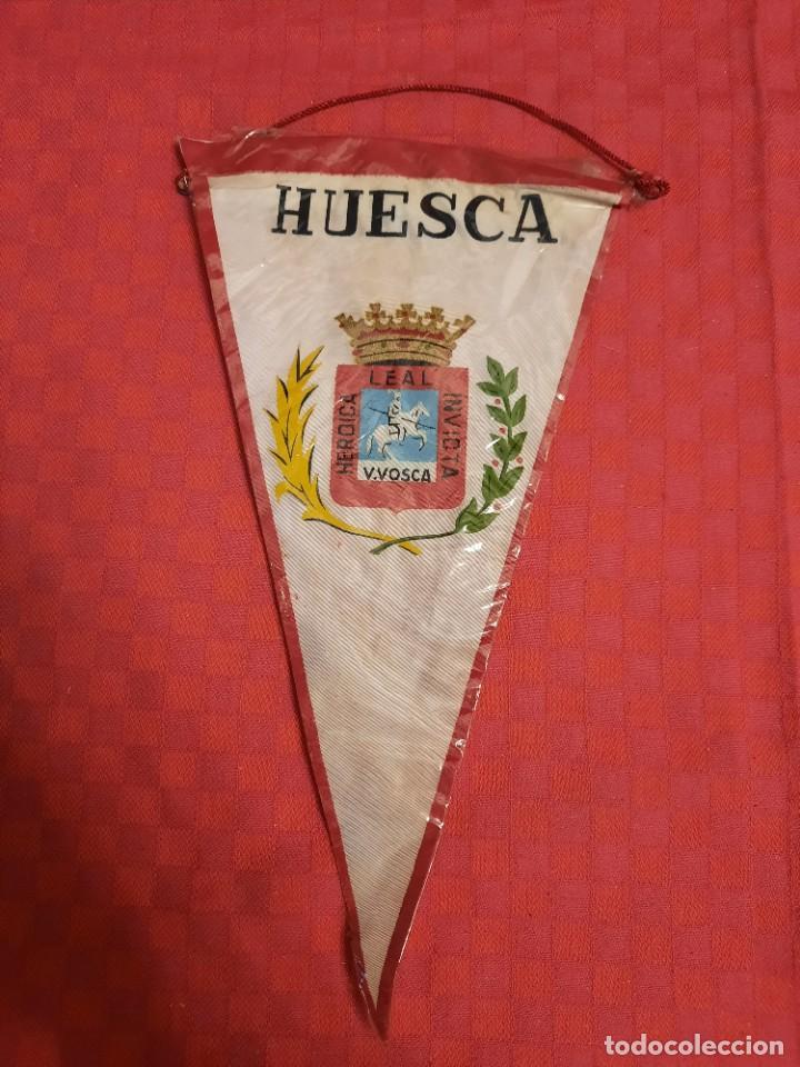 Banderines de colección: BANDERIN ANTIGUO HUESCA LEAL HEROICA INVICTA V.VOSCA CON SU ENVOLTORIO DE PLASTICO - Foto 3 - 253817695