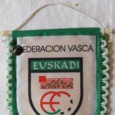 Banderines de colección: BANDERIN FEDERACION VASCA DE FUTBOL CON PIN. Lote 269604848