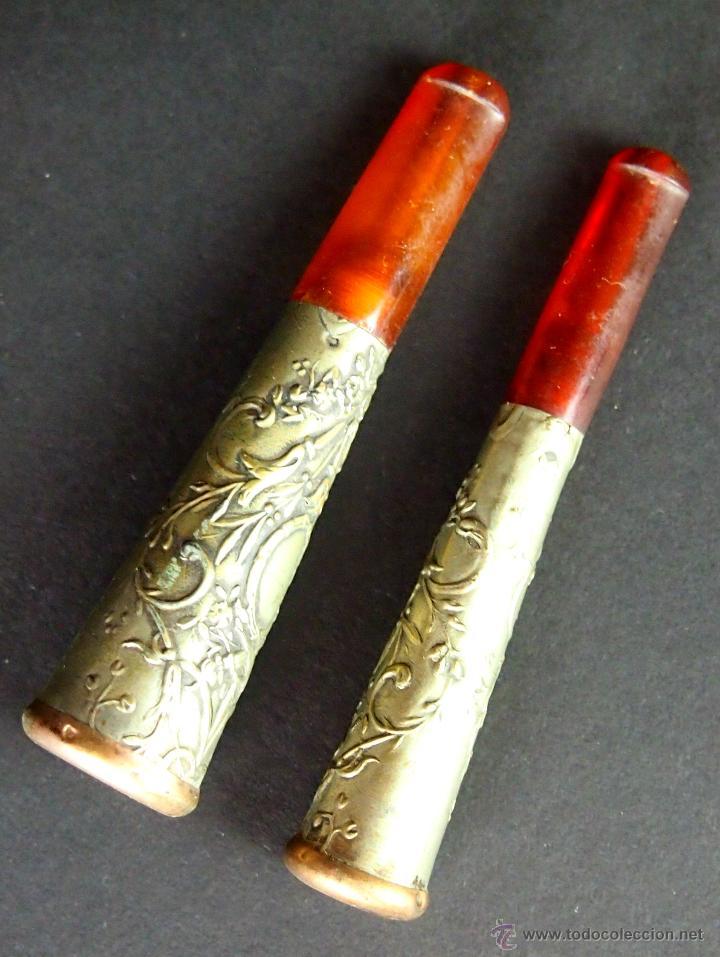 2 BOQUILLAS. ÁMBAR. METAL CHAPADO EN PLATA. CINCELADO A MANO. ESPAÑA. XIX. (Coleccionismo - Objetos para Fumar - Boquillas )
