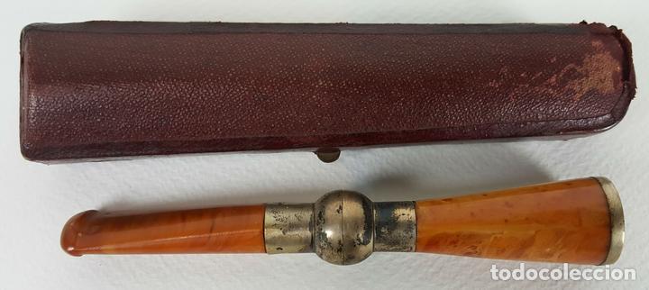 BOQUILLA PARA FUMADORES. RESINA SIMIL AMBAR. REMATES DE PLATA. CIRCA 1940. (Coleccionismo - Objetos para Fumar - Boquillas )