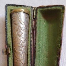 Boquillas de colección: SIGLO XIX BOQUILLA COLOR MIEL METAL CHAPADO EN PLATA CINCELADO A MANO ESPAÑA. Lote 171125962