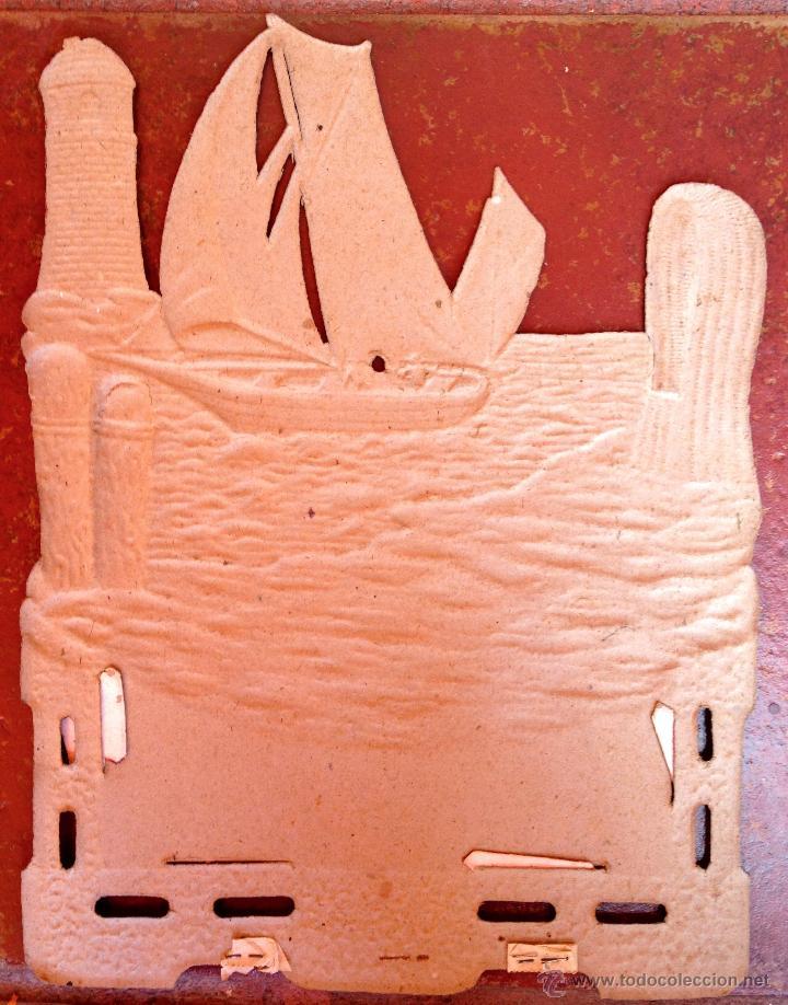Coleccionismo de carteles: CARTEL PUBLICIDAD BARCELONA CARTON TROQUELADO RELIEVE MODERNISTA CERVEZA DAMM AÑO 20 LICOR VINO (50) - Foto 2 - 47993048