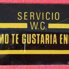 Coleccionismo de carteles: FANTASTICO CARTEL ANTIGUO ORIGINAL ESPEJO LITOGRAFIADO WC SERVICIO DECORACION BAR. Lote 295429683