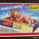 Coleccionismo de carteles: DETERGENTE SUPER SAN TRICOLOR LIMPIEZA. CARTEL PUBLICIDAD. REVERSO: REGALA MUÑECA MARI SAQUITO. . Lote 135699583