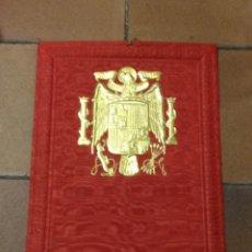 Coleccionismo de carteles: CARTEL EN CARTÓN CON PUBLICIDAD PAPELERÍA CARMA. MADRID. ESCUDO ÉPOCA FRANCO. FORRADO EN TELA.. Lote 153851110